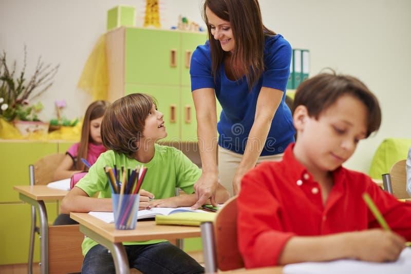 Lehrer mit Schülern stockfotografie