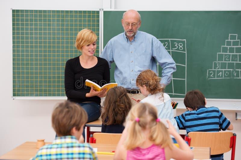 Lehrer mit seinem Lehrassistenten lizenzfreies stockbild