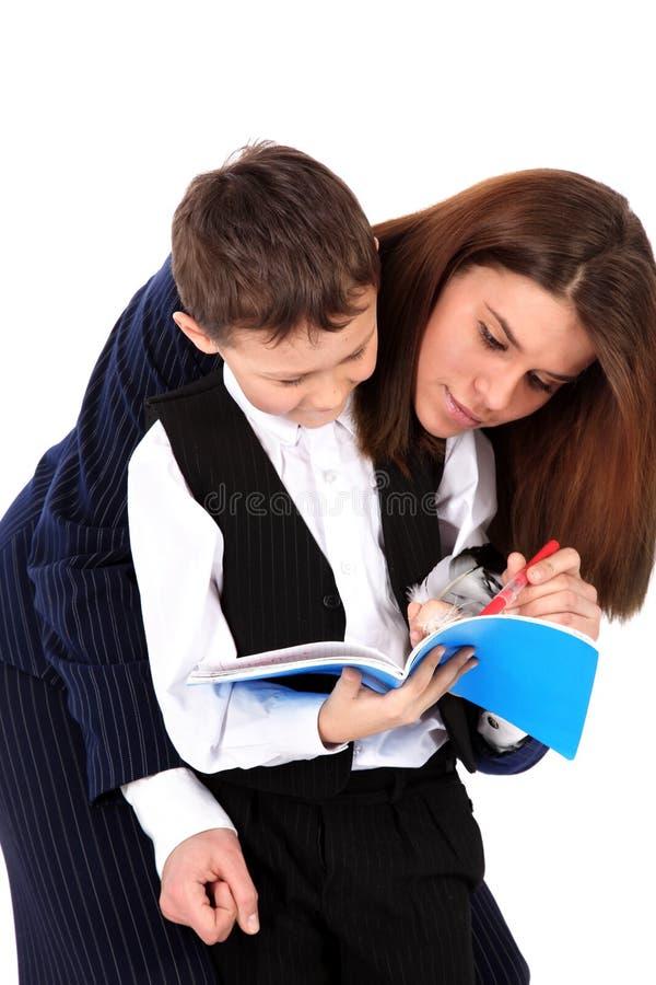 Lehrer oder Mamma und Junge mit Buch lizenzfreies stockbild