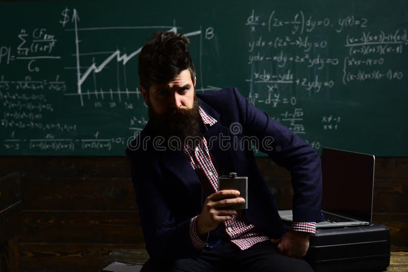 Lehrer stellt hohe Erwartungen für Studenten ein sendet Feedbacks auf E-Mail mit Computer Privater Trainer in der Klasse lernen lizenzfreie stockfotos