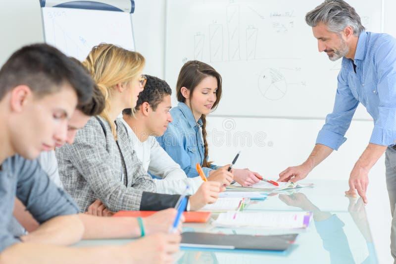 Lehrer-And Students In-Klassenzimmer stockfotografie