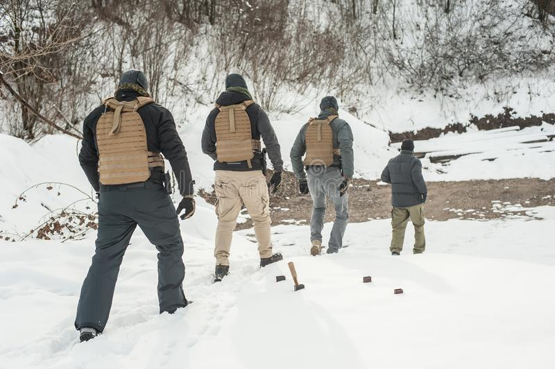 Lehrer- und Armeesoldaten in der kompletten Ausrüstung haben hartes Training stockfotos
