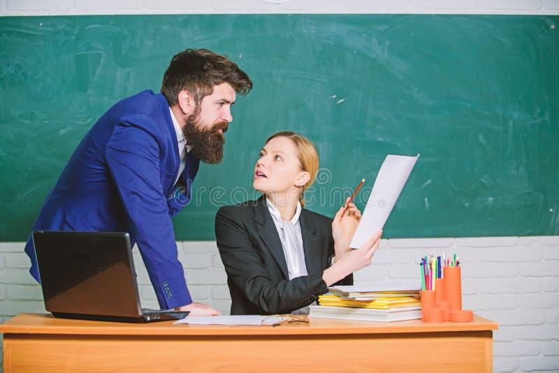 Lehrer und Aufsichtskraft, die im Schulklassenzimmer zusammenarbeiten Erziehungsprogramm Schulbildung Bereiten Sie sich f?r Schul stockfotografie