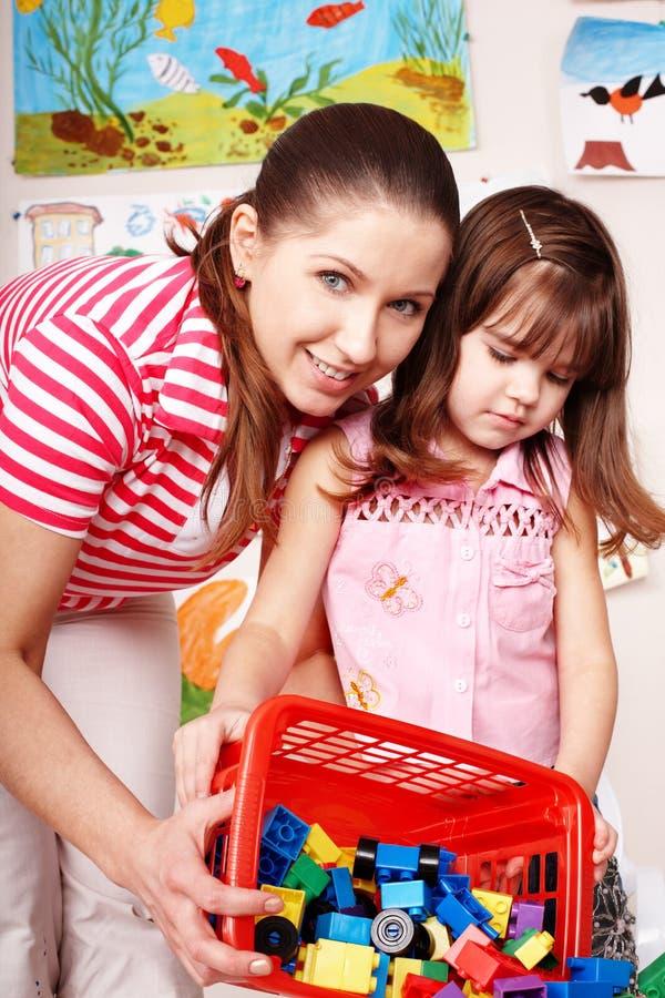 Lehrer und Kind mit Aufbau gesetztem lego. lizenzfreies stockfoto