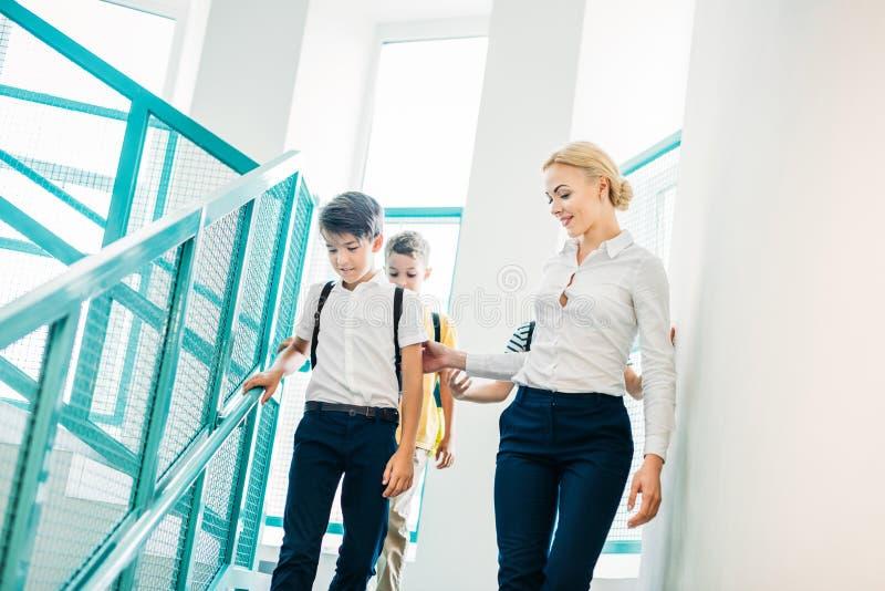 Lehrer und Schüler, die die Treppe hinunter zusammen gehen lizenzfreies stockfoto