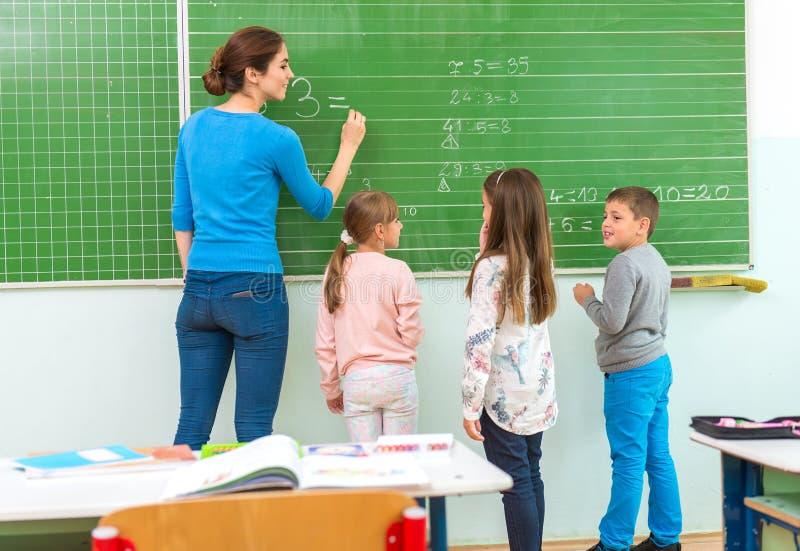 Lehrer und Student an der Tafel, Matheklasse lizenzfreie stockfotografie