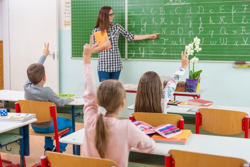 Lehrer und Studenten im Klassenzimmer: Unterrichten stockfotografie