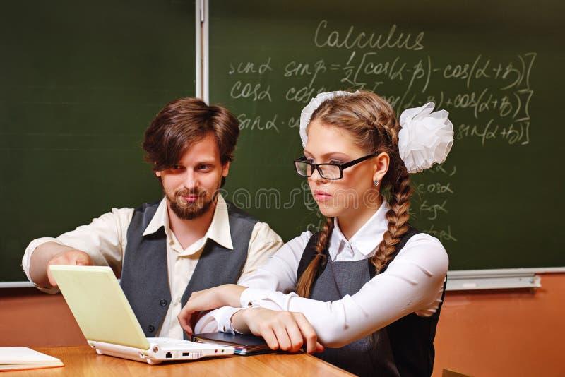 Lehrer- und Studentenklassenzimmer Zusätzliche Bildung stockfotografie