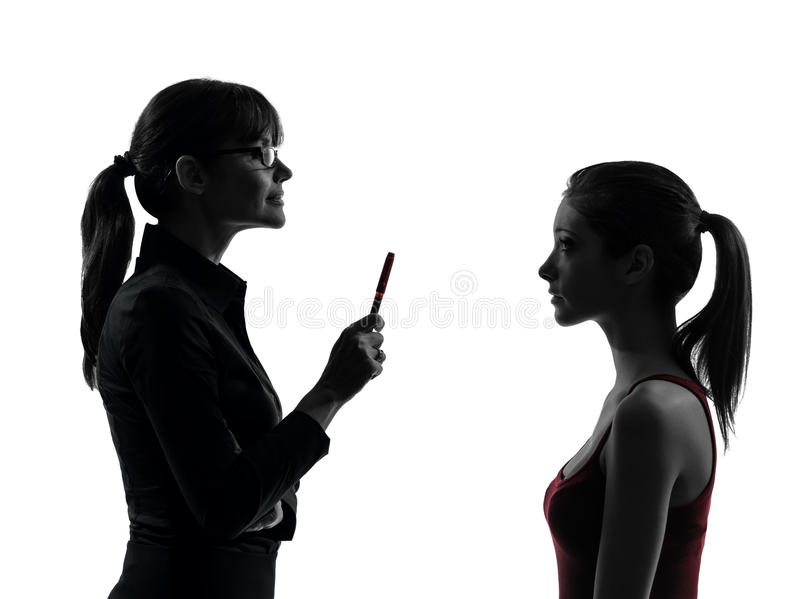 Lehrerfrauenmutterjugendlich-Mädchendiskussion in Schattenbild uet lizenzfreies stockfoto