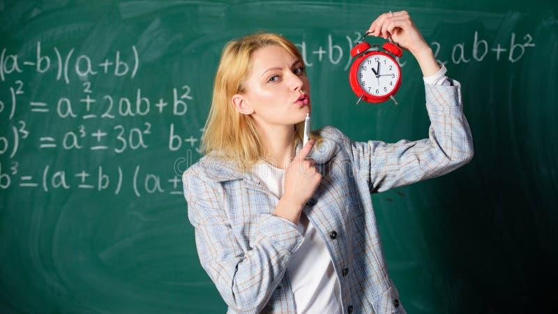 Lehreringriffwecker Lektor der Mädchenformellen kleidung Schul Zeit zu studieren Willkommenes LehrerSchuljahr lizenzfreie stockfotos
