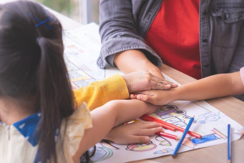 Lehrerkindergarten-Studentenhand zusammen für Teamwork lizenzfreie stockfotos