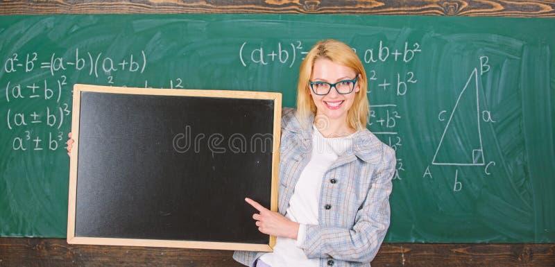 Lehrershow-Schulinformationen Des Frauengrifftafelfreien raumes des Lehrers intelligenter l?chelnder Anzeigen-Kopienraum remember stockbild