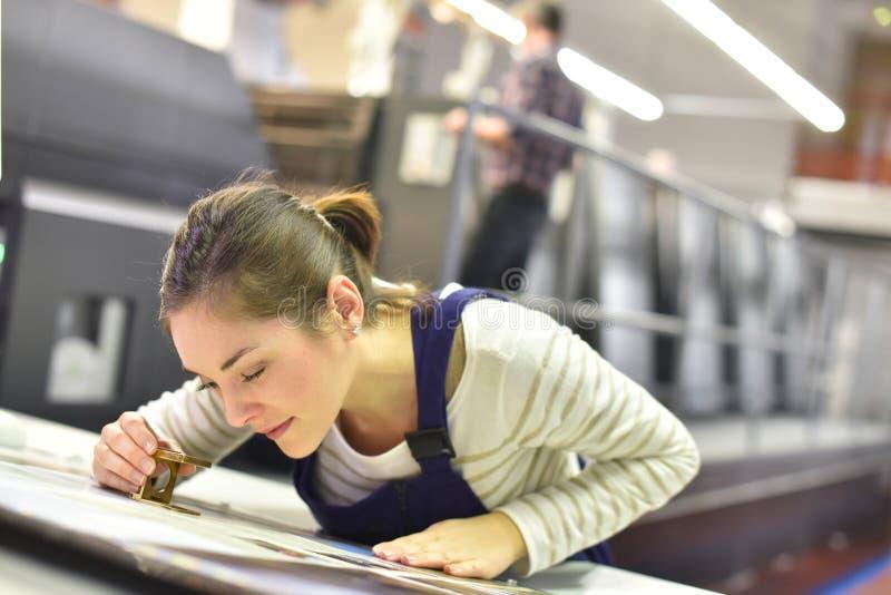Lehrling der jungen Frau beim Druck indutry lizenzfreies stockbild