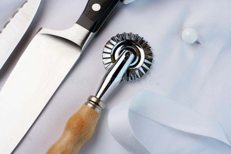 Lehrlings-Chef; Messer, Gebäckscherblock, Uniform, Winkelsicht stockbilder