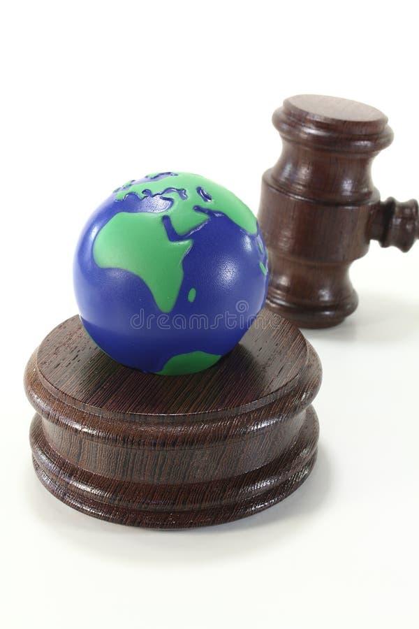 Lei ambiental com o Gavel do globo e do juiz imagens de stock