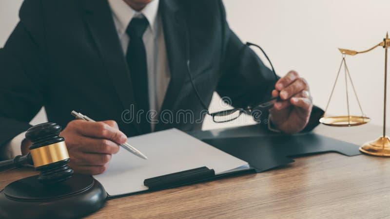 Lei, conceito do conselho e da justiça, advogado do conselheiro ou notário legal trabalhando no documentos e relatório do caso im fotografia de stock royalty free