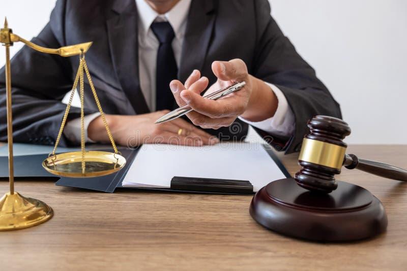 Lei, conceito do conselho e da justiça, advogado do conselheiro ou notário legal trabalhando no documentos e relatório do caso im imagem de stock