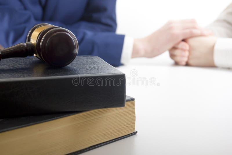 Lei, conselho e conceito dos serviços jurídicos Advogado e advogado que têm a reunião da equipe na empresa de advocacia imagens de stock