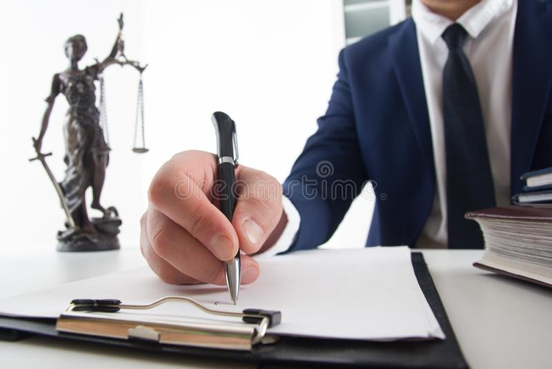 Lei, conselho e conceito dos serviços jurídicos Advogado e advogado que têm a reunião da equipe na empresa de advocacia fotos de stock royalty free