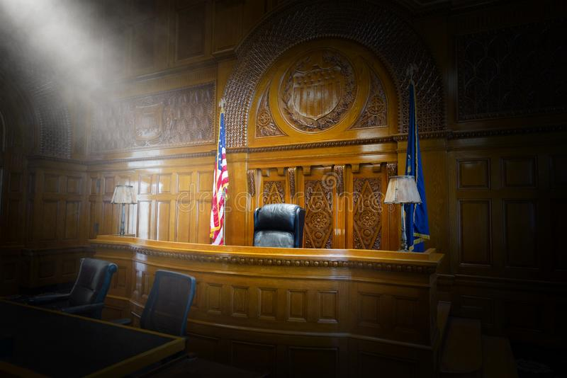 Lei, corte, sala do tribunal, juiz, cadeira, banco fotografia de stock royalty free