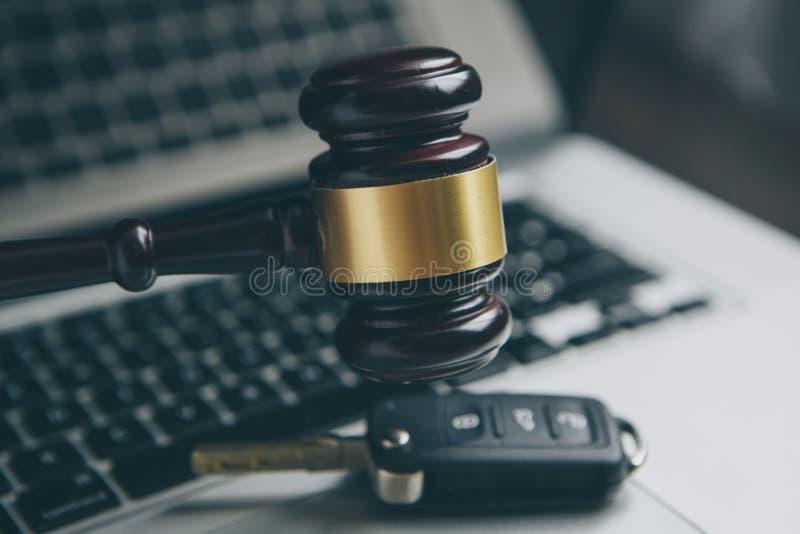 Lei do Cyber ou conceito do Internet do crime Julga o martelo no laptop do teclado imagens de stock royalty free