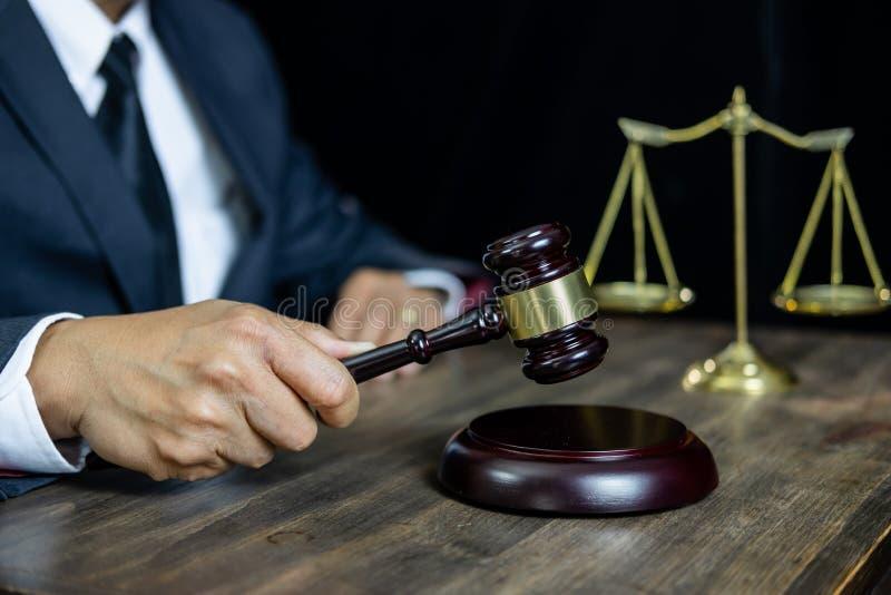 Lei legal, conceito do conselho e da justiça, advogado de assistência masculino ou notário trabalhando no documentos e papéis do  imagens de stock