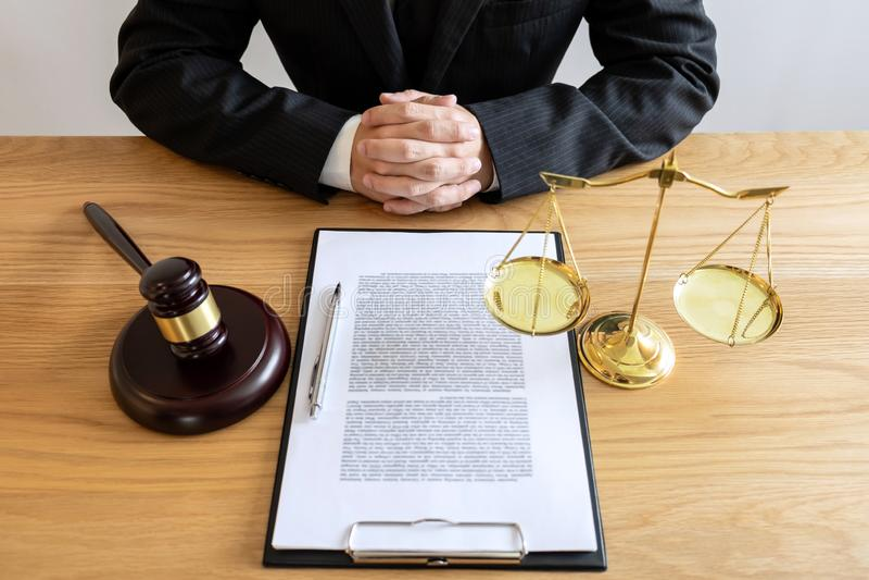 Lei legal, conceito do conselho e da justiça, advogado ou notário masculino que trabalham no documentos e relatório do caso impor foto de stock