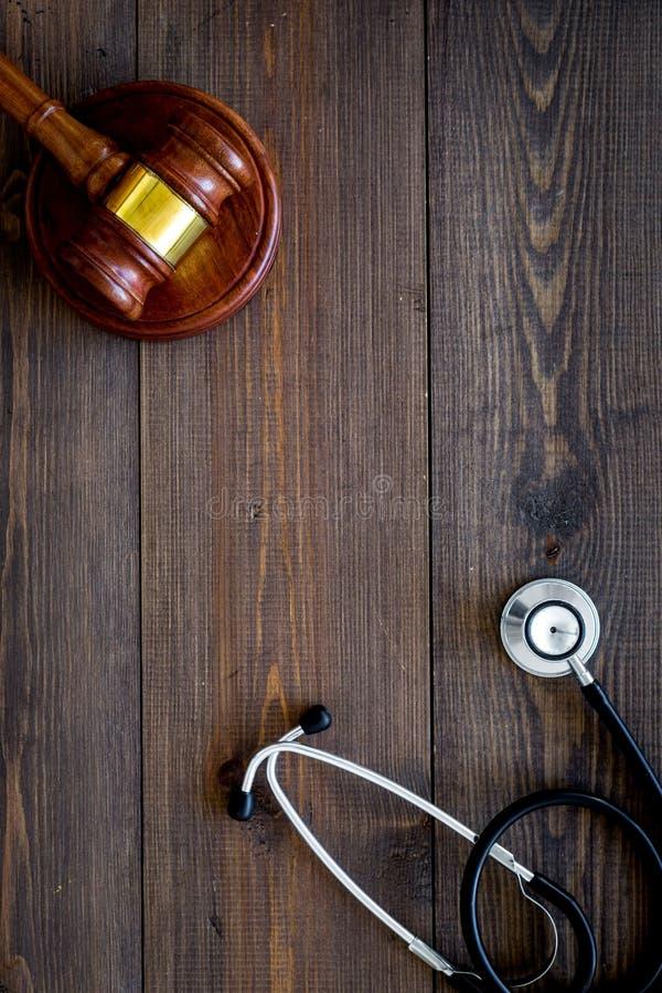 Lei médica, conceito da lei da saúde O martelo e o estetoscópio na opinião superior do backgound de madeira escuro copiam o espaç fotografia de stock royalty free