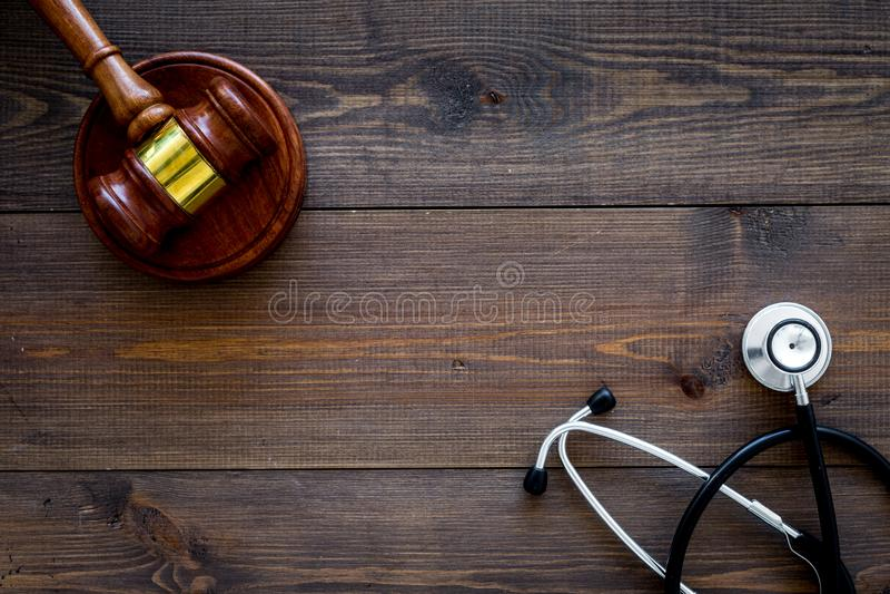 Lei médica, conceito da lei da saúde O martelo e o estetoscópio na opinião superior do backgound de madeira escuro copiam o espaç imagens de stock royalty free