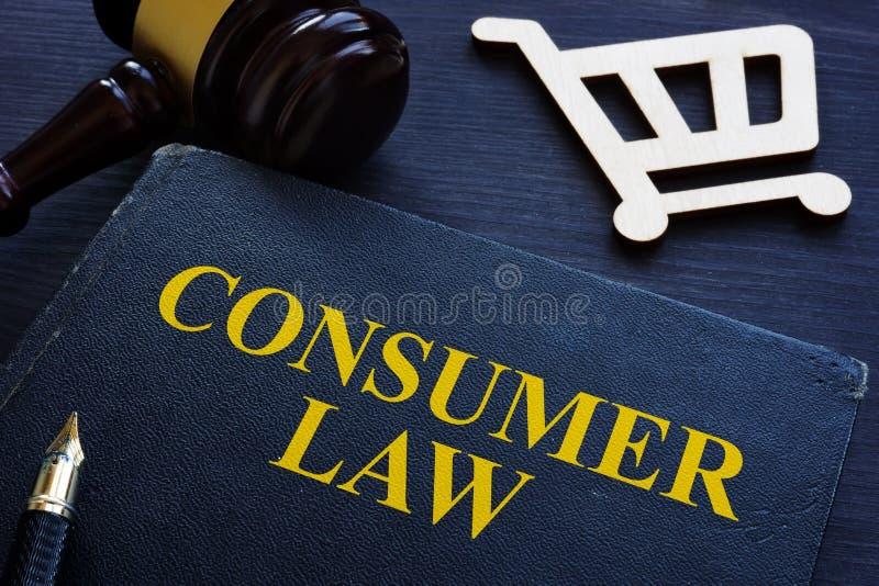 Lei, martelo e carrinho de compras do consumidor em uma mesa imagem de stock royalty free