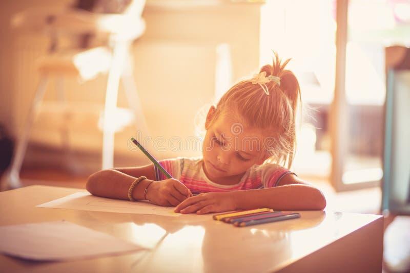 Lei ` s uno studente diligente alla scuola ed a casa immagini stock