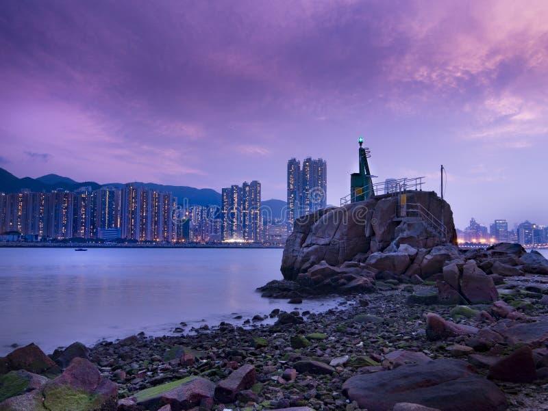 Lei Yue Mun Light Tower bij Schemer stock foto's