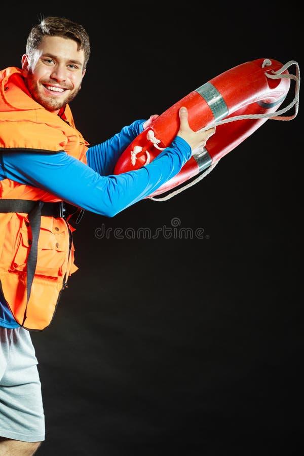 Leibwächter in der Schwimmweste mit Rettungsringrettungsring stockfoto