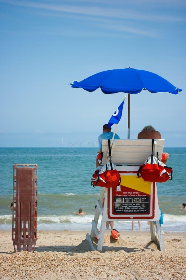 Leibwächter, die Strand überwachen lizenzfreies stockfoto
