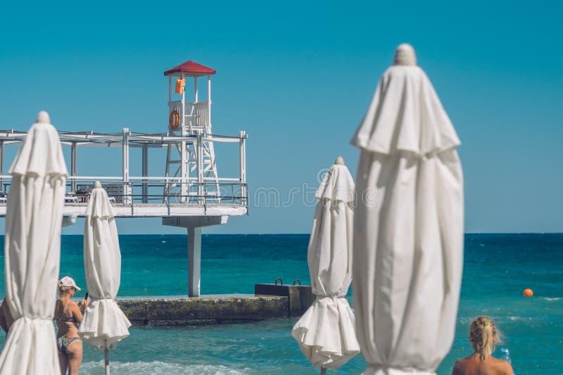Leibwächter Station auf dem Strand in Jalta, Krim lizenzfreie stockbilder