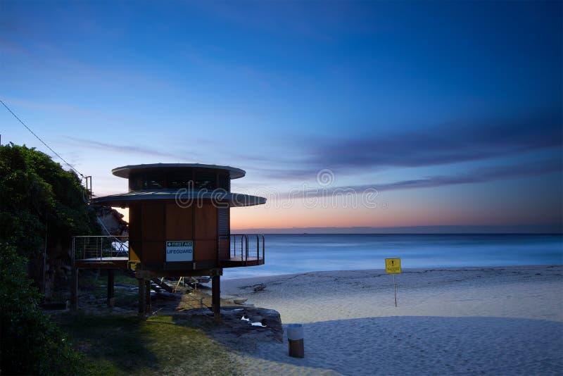 Leibwächterhütte auf australischem Strand lizenzfreie stockfotografie