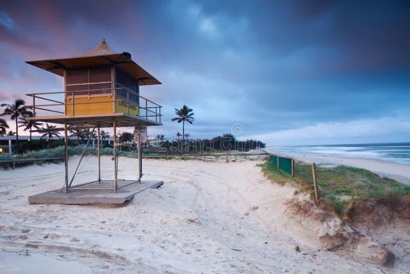 Leibwächterhütte auf australischem Strand stockfotografie