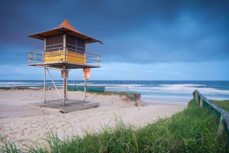 Leibwächterhütte auf australischem Strand lizenzfreie stockbilder
