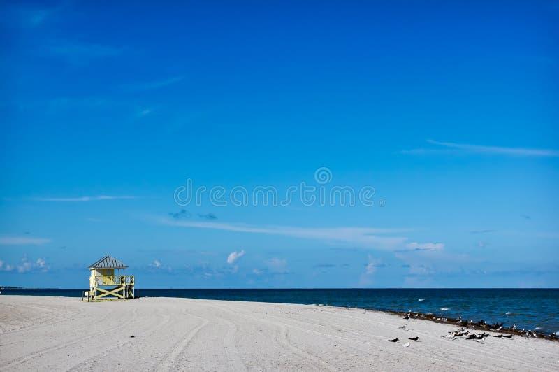 Leibwächterkontrollturm auf dem weißen Sandstrand lizenzfreie stockfotos