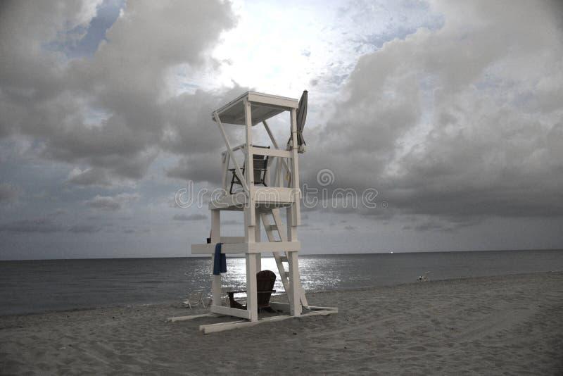 Leibwächterstand macht für eine drastische Szene auf dem Strand um Mitternacht lizenzfreie stockfotografie