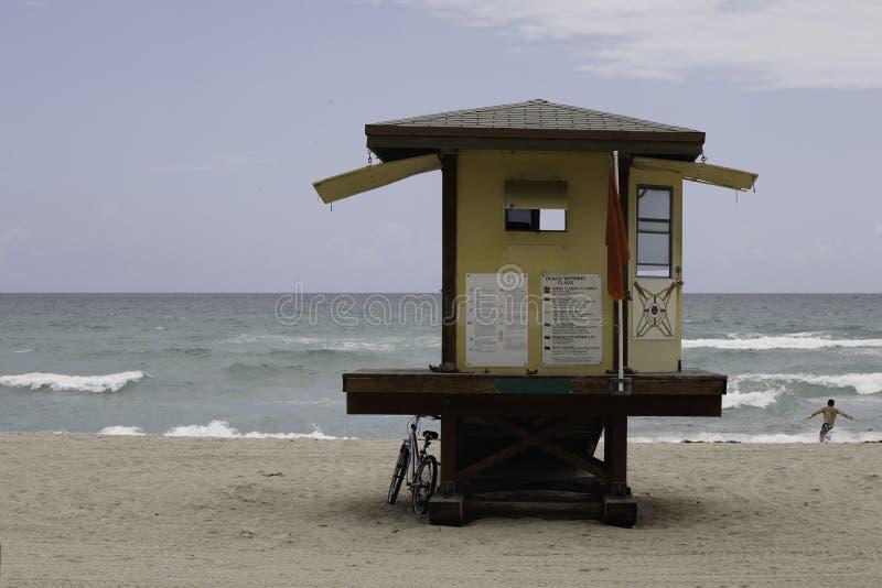 Leibwächterstation am Strand lizenzfreies stockbild