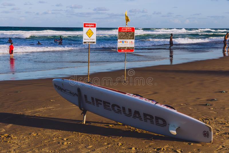 Leibwächtersurfbrett im Hauptstrand in Gold Coast, das Bereich featur lizenzfreies stockfoto