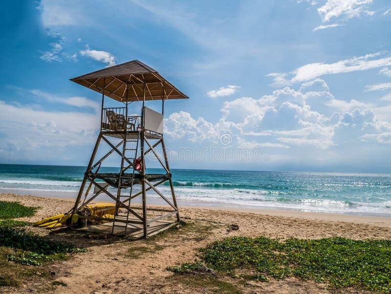Leibwächterturm in einer typischen bunten einfachen Art auf einem hellen s lizenzfreie stockfotos