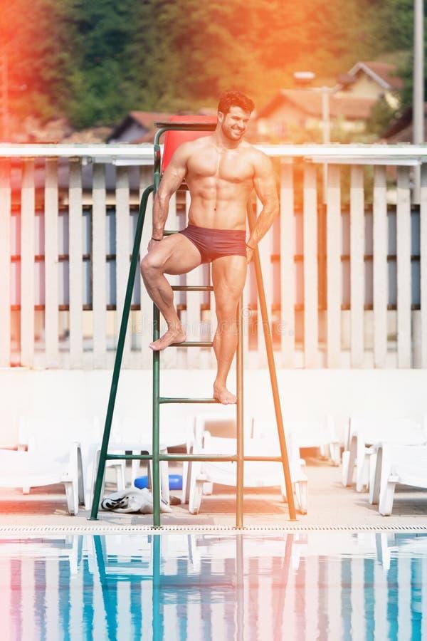Leibw?chter-At Swimming Outdoor-Pool lizenzfreie stockbilder