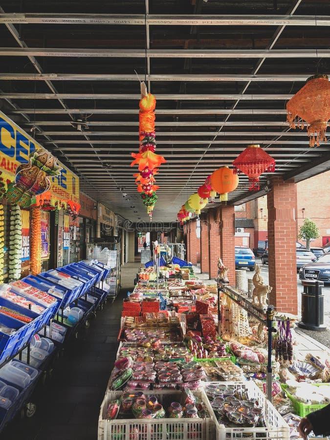 Leicester, Leicesterschire, Regno Unito 25 marzo 2019 - Una vista delle navate laterali e dell'esterno di un supermercato indiano fotografia stock libera da diritti