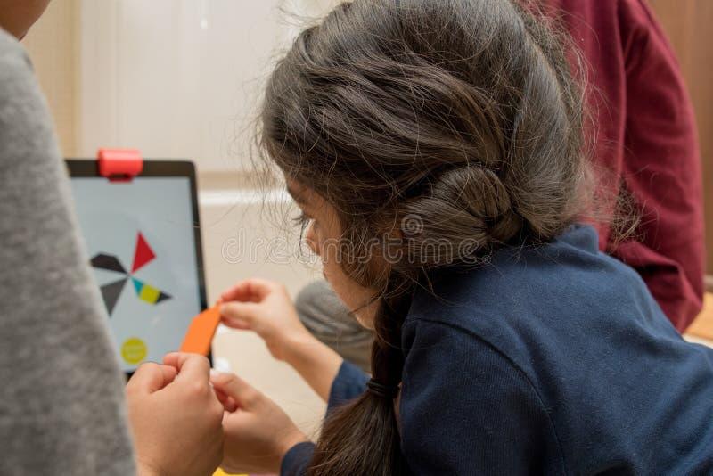 Leicester, Leicestershire, Royaume-Uni 22 février 2019 Enfants d'âge scolaire apprenant et appréciant sur Osmo, une plate-forme u photographie stock