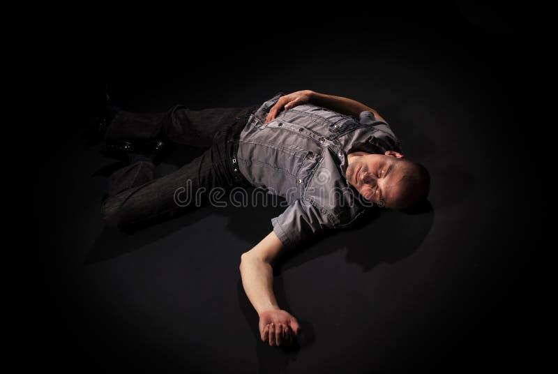 Leiche, die auf Fußboden liegt lizenzfreies stockbild