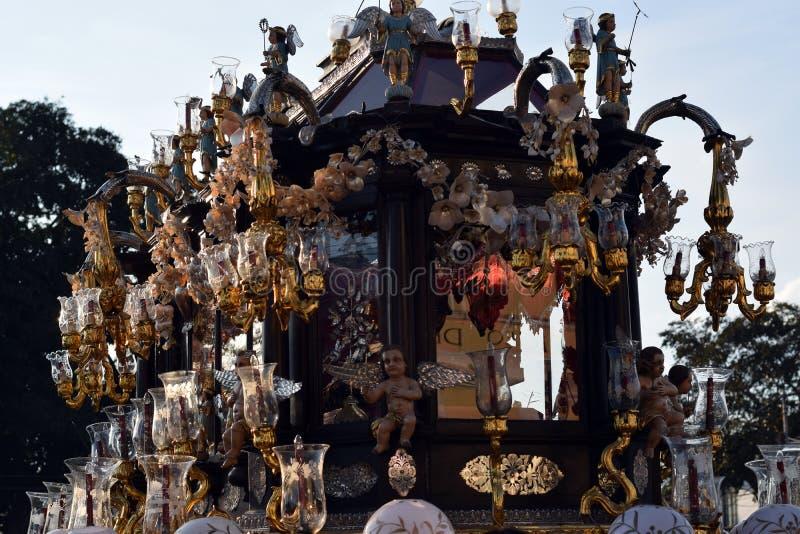 Leichenbild von Christus wird in beiliegendem aufwändigem Flosswagen in einer heiligen Beerdigungsprozession während Karfreitags, stockbilder