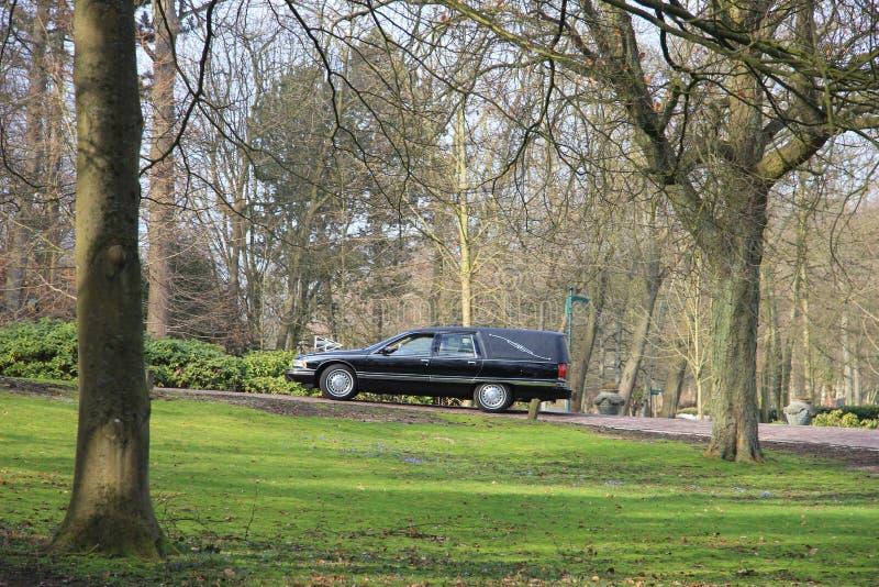 Leichenwagen auf einem Kirchhof lizenzfreie stockbilder