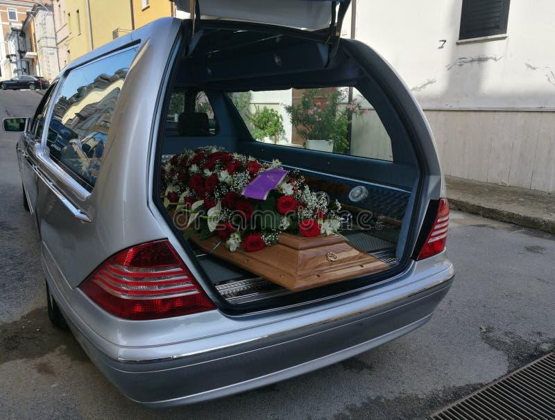Leichenwagen mit Blumen lizenzfreie stockfotos